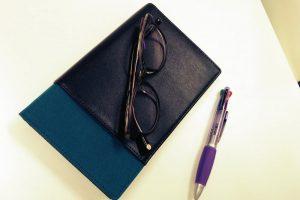 手帳とペンとメガネ